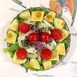 リーフレタス 、セロリ、アボガド、いちごのサラダ