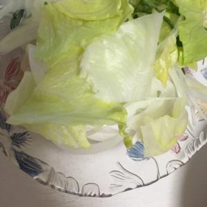 レタス、新玉ねぎ、青じそのサラダ