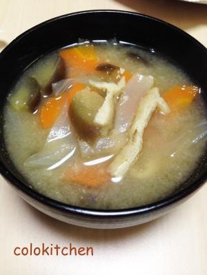 茄子と人参と玉葱と油揚げの味噌汁