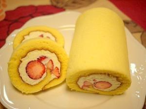 しっとりふわふわの幸せ!丸ごと苺のロールケーキ