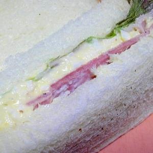 ランチに玉子とハムのサンドイッチ
