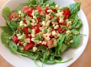 サラダほうれん草とトマトとチーズとバジルのサラダ