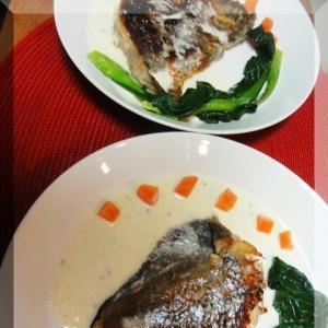 白いソースの魚のムニエル