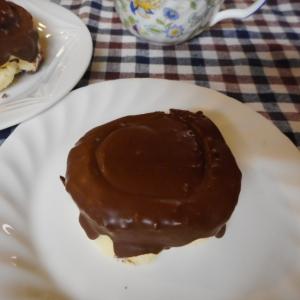 スイスロールで簡単チョコパイ風