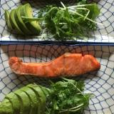 紅塩鮭とアボカドのプレート