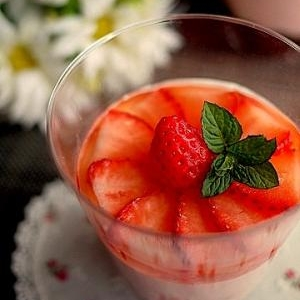 大人の至福☆洋酒のジュレと苺のレアチーズケーキ