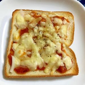 トマトソースと玉ねぎのチーズトースト