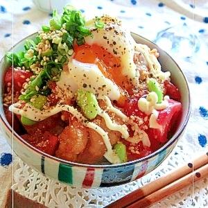 鶏唐揚げと温泉卵とトマトの丼