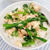 豆腐でかさ増し(^^)ニラがたっぷり鶏そぼろ丼♪