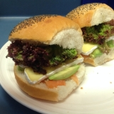 カマンベールとスモークサーモンのサンドイッチ