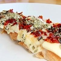 バジルとトマトのピザ風トースト