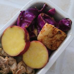 紫キャベツと油揚げの炒め物