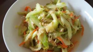 セロリとツナ缶のサラダ