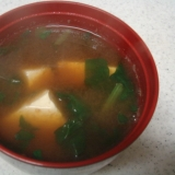 豆腐とほうれん草の味噌汁