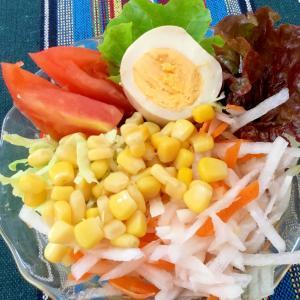 生野菜とコーンのサラダ