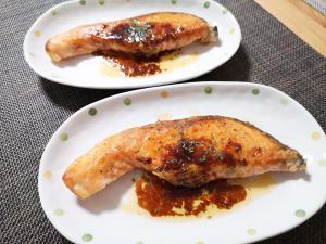 鮭のソテー(ガーリックバター醤油ソース掛け)