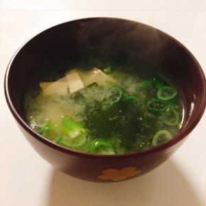 ホッとするね♬ わかめと高野豆腐の味噌汁