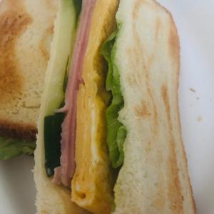 玉子ハムと野菜のサンドウィッチ