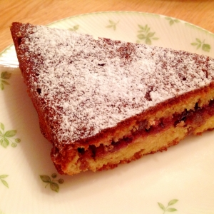 ジャムを挟んだドライフルーツのケーキ