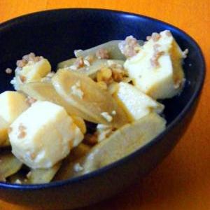 手軽でおいしい、ごぼう入りそぼろ豆腐炒め