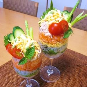 子供も喜ぶ♡パフェ盛りサラダ寿司♪
