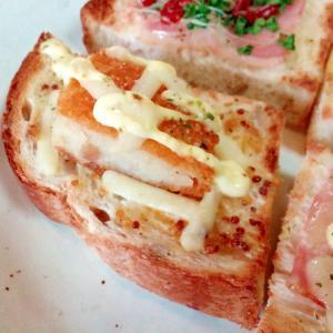マスタード/マヨで コロッケとチーズのミニトースト