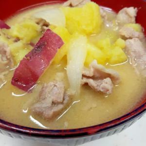 いもほりしたら(^^)豚肉とサツマイモの味噌汁♪