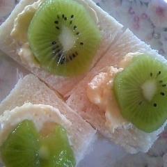 キュウイ&カスタードのせ食パン
