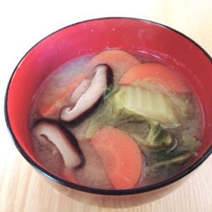 白菜と人参と椎茸の味噌汁