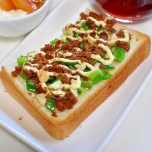 カシューナッツとピーマン&鶏そぼろの五香粉トースト