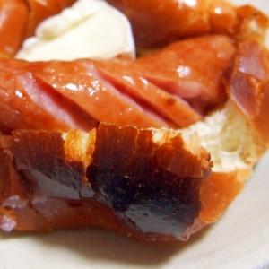 ソーセージとカマンベールチーズのミニホットドッグ