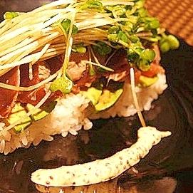 ナイフとフォークで食べる、カツオのたたき寿司仕立て