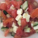 きゅうりとトマトとチーズのサラダ
