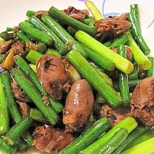 鶏ハツとにんにくの芽の炒めもの(蒜苔炒鶏心)