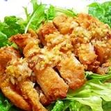 食べるラー油で 《揚げ鶏のちょい辛ねぎソース》
