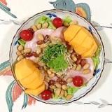 ロースハム、ミックスビーンズ、柿、レタス のサラダ