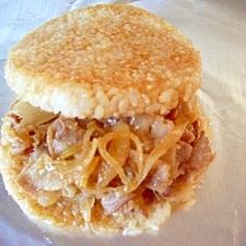 ラップを使って、豚の生姜焼きライスバーガー