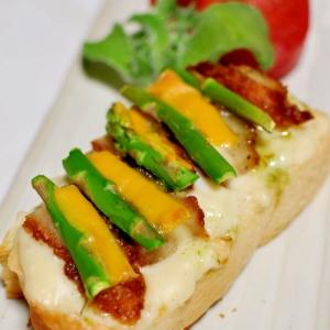 アスパラと鶏唐揚げのアジアングラタントースト