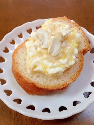 マーマレードとクリームチーズとナッツのカナッペ