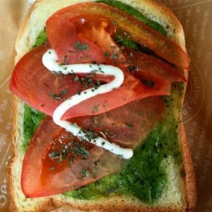 グリーンソースとトマトのバジルマヨトースト