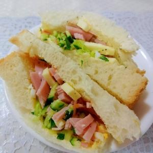 きゅうりとハムとチーズのサンドイッチ