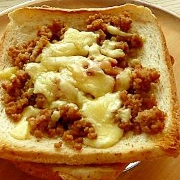 肉そぼろチーズトースト