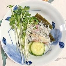 板蒲鉾、胡瓜、茗荷、しらす、茎わかめのの和え物