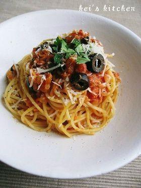 ツナとオリーブのトマトパスタ。