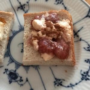 クリームチーズといちごジャムのトースト