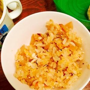 幼児食☆玉ねぎと鰹節と鮭フレークと胡麻の和風炒飯