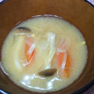 トマトとしめじの生姜入り味噌汁