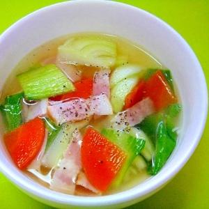 チンゲン菜とベーコンのコンソメスープ