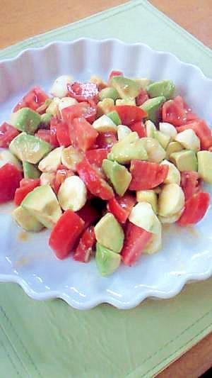 トマト、アボカド、モッツァレラチーズのサラダ