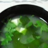 三つ葉で、香りも楽しむ豆腐の味噌汁